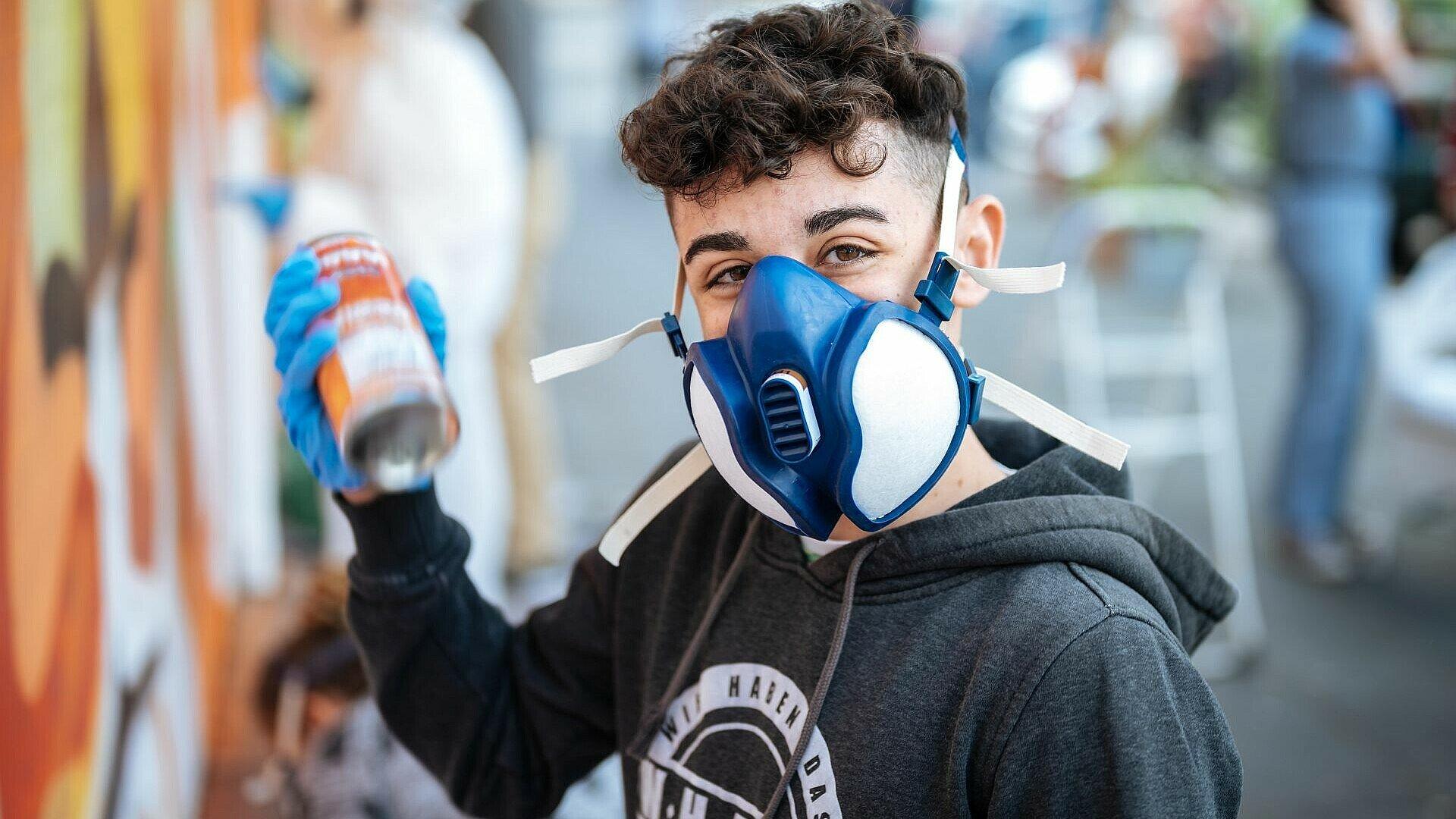 David vom Jugendtreff Fzwei beim Sprayen