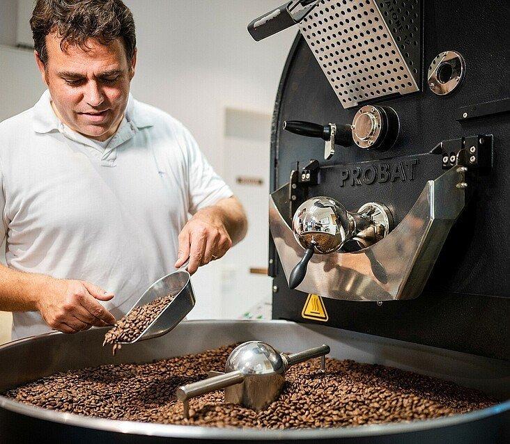 """Der Inhaber der """"Kölner Kaffeemanufaktur"""" kontrolliert die gerösteten Bohnen"""
