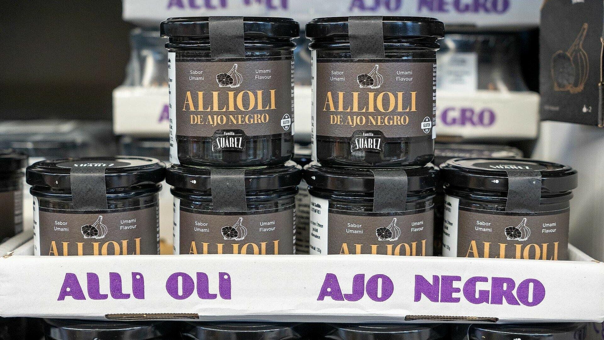 Gläser mit Allioli ajo negro im spanischen Supermarkt Solera in Bickendorf