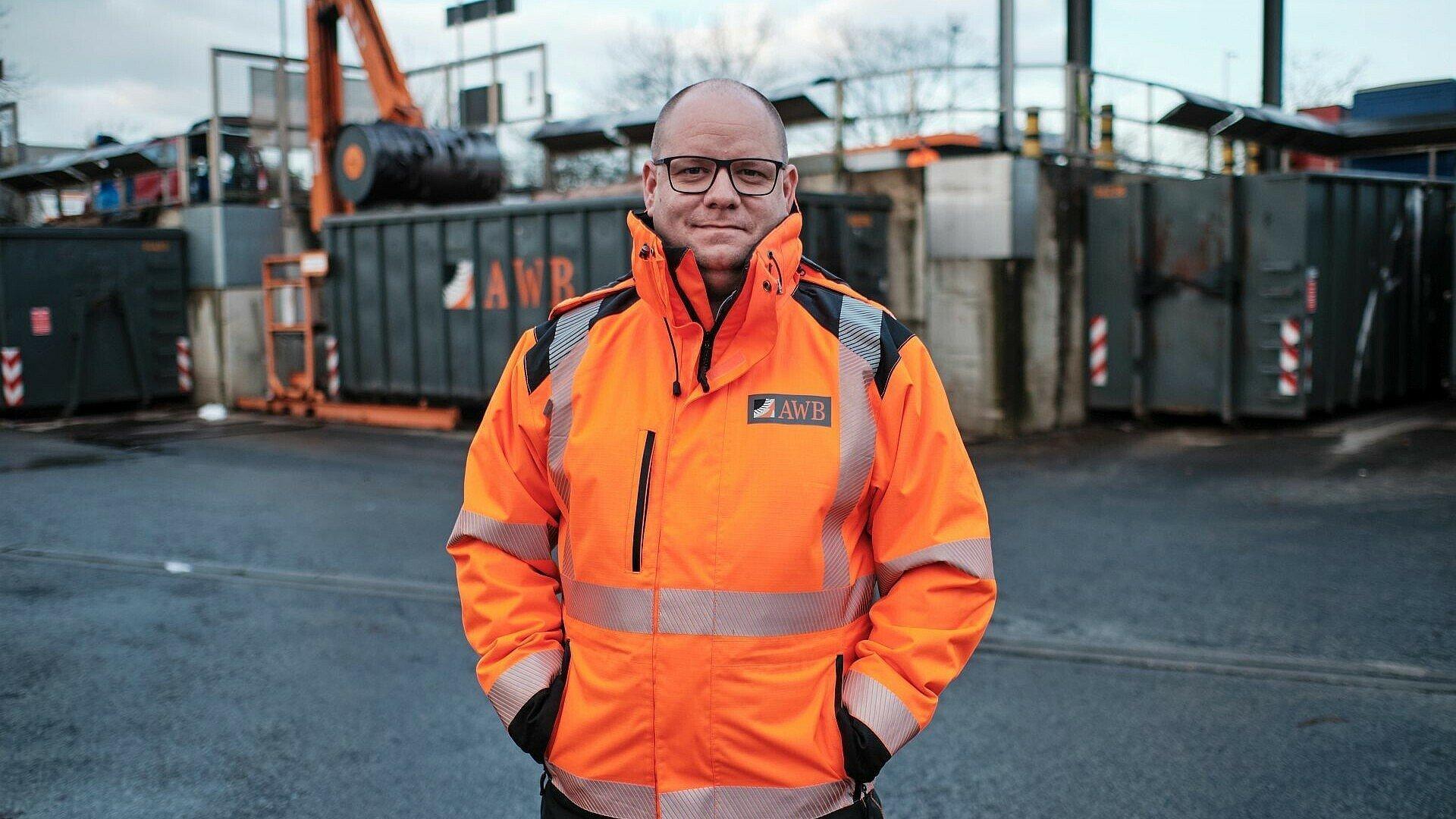 Anlagenleiter Daniel Urban zeigt das Wertstoff-Center in Ossendorf