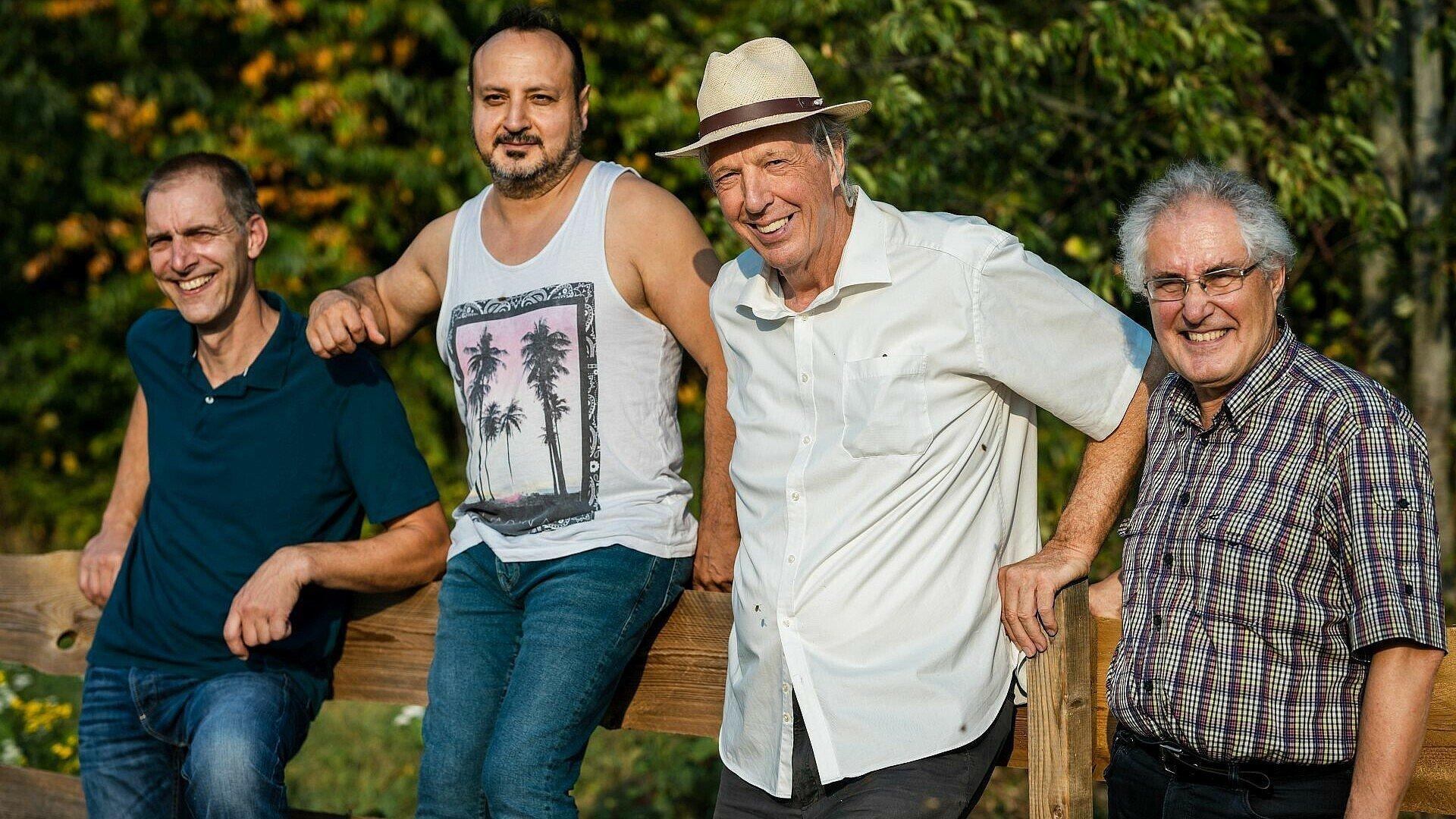 Männer aus der Imker-Gruppe im Waldbadviertel