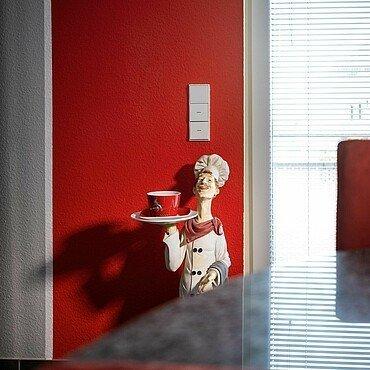Hennes im Pop-Art-Look an der Wand außerhalb des FC-Zimmers von Norbert Blum in Kalk