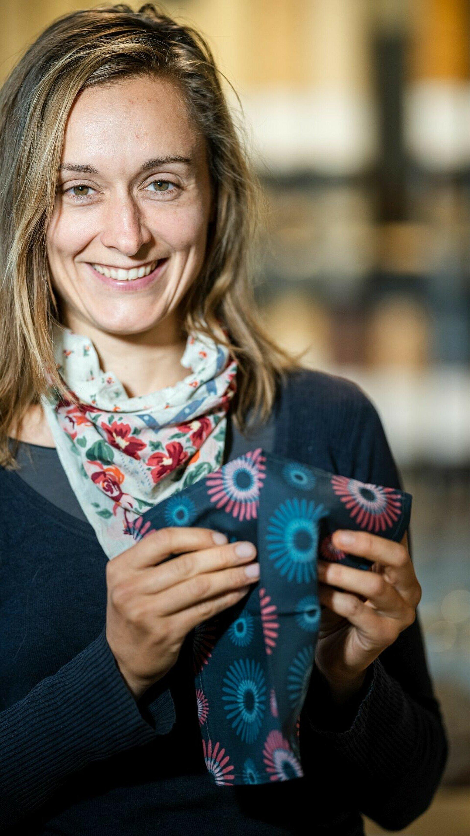 Olga Witt nutzt ein Stofftaschentuch für Zero Waste