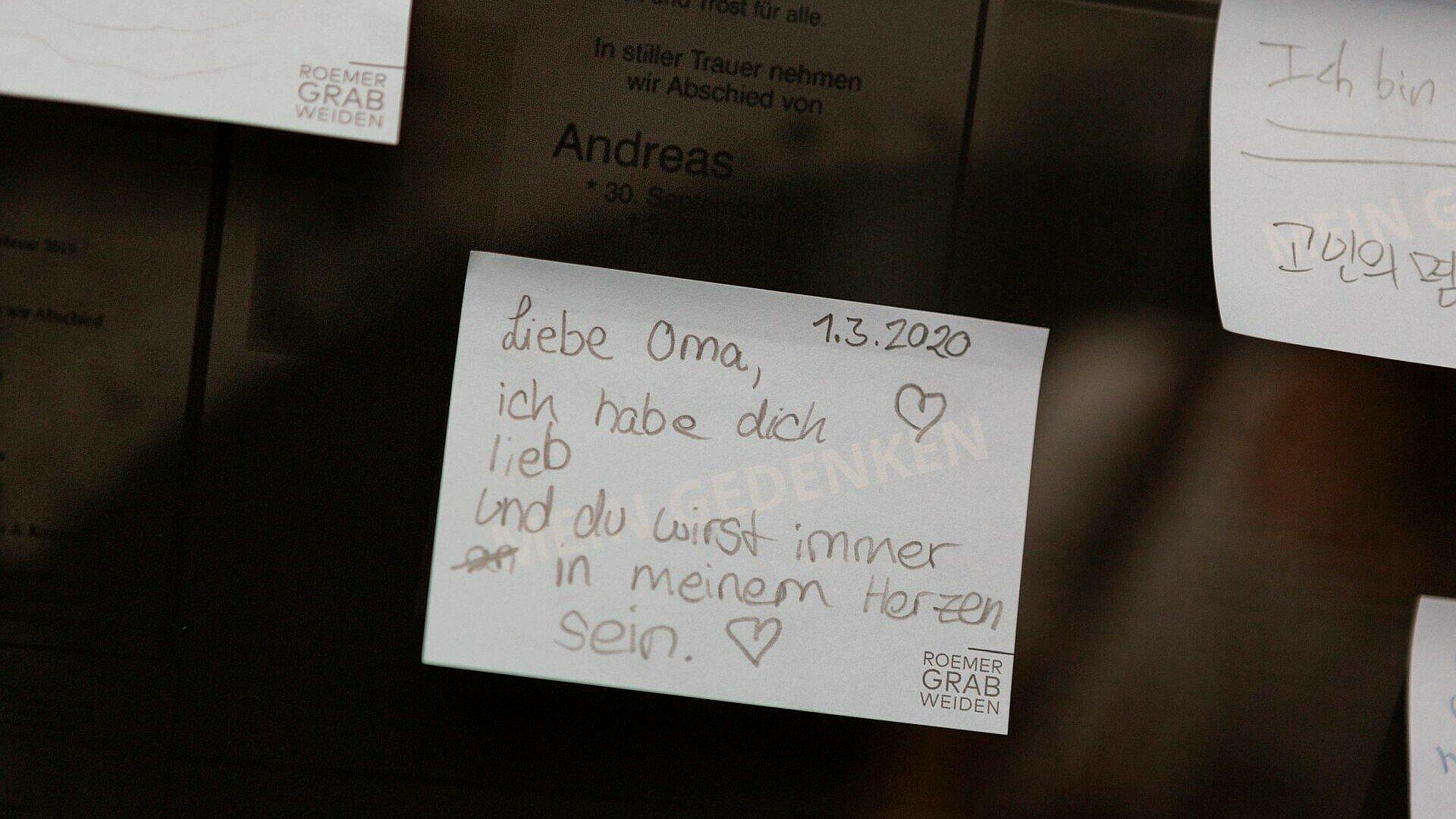 Klebezettel mit Nachrichten von Besuchern im Römergrab in Köln-Weiden