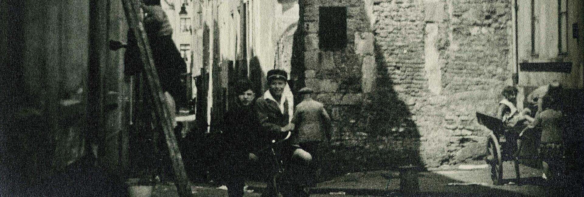 Historisches Foto von Kindern zwischen Häusern in der Kölner Innenstadt