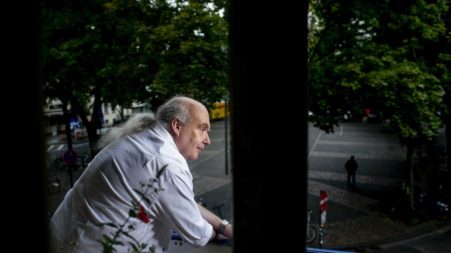 Claus Michael Sierp auf seinem Balkon mit Blick auf den Sudermanplatz im Agnesviertel