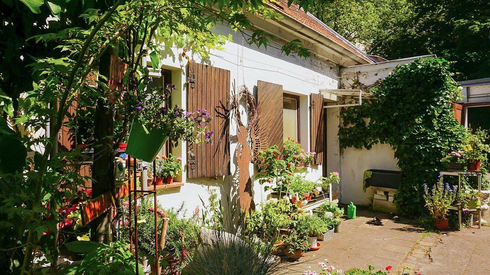Der romantische Hof des Blumenladens Vier Raben in Weidenpesch