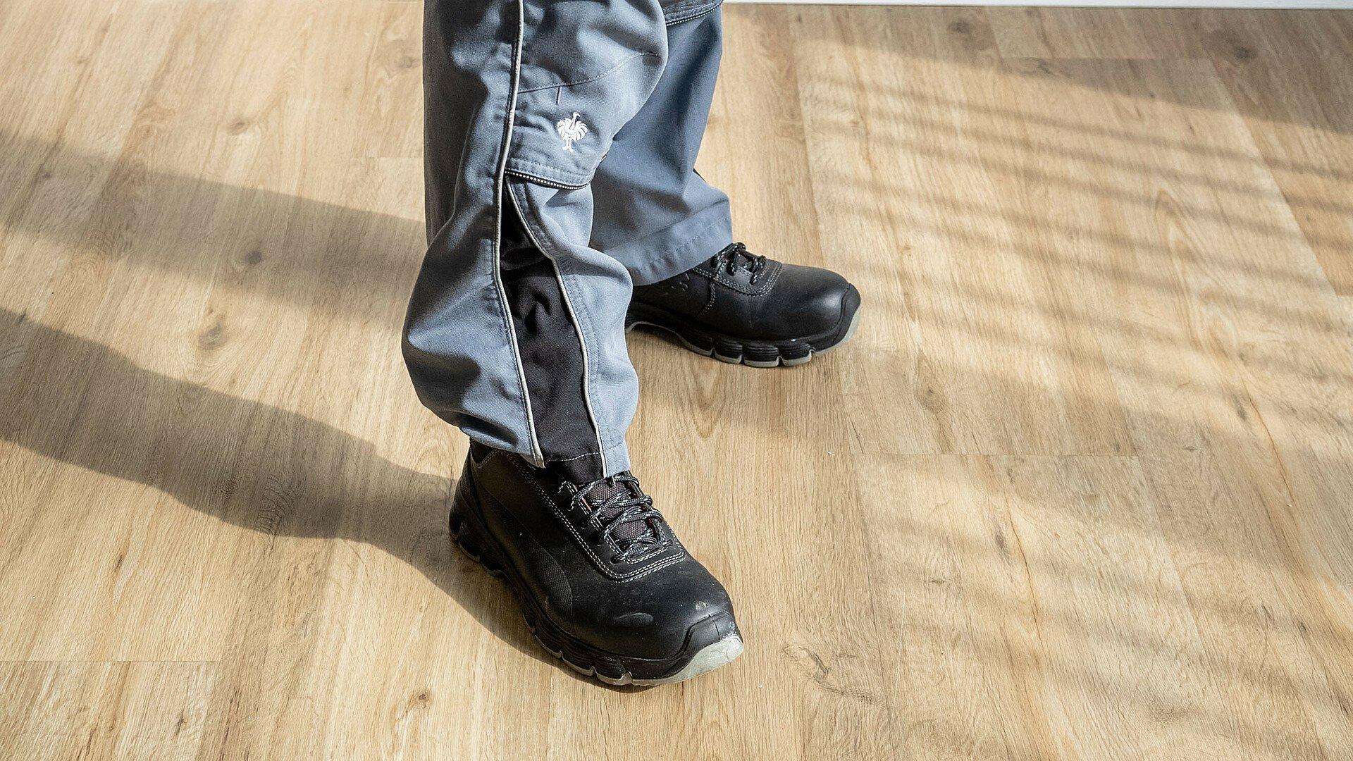 GAG-Hausmeister Justin Dresens zeigt geeignete Schuhe zum Heimwerkern