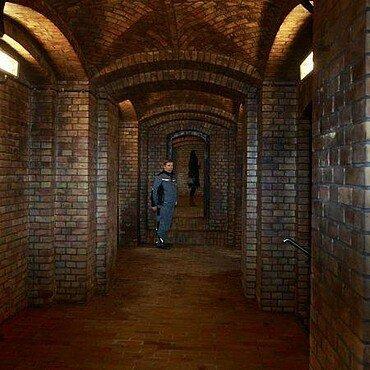 Die Klinkerwände im Vorraum des Kronleuchtersaales laufen in einem Kreuzgewölbe zusammen.