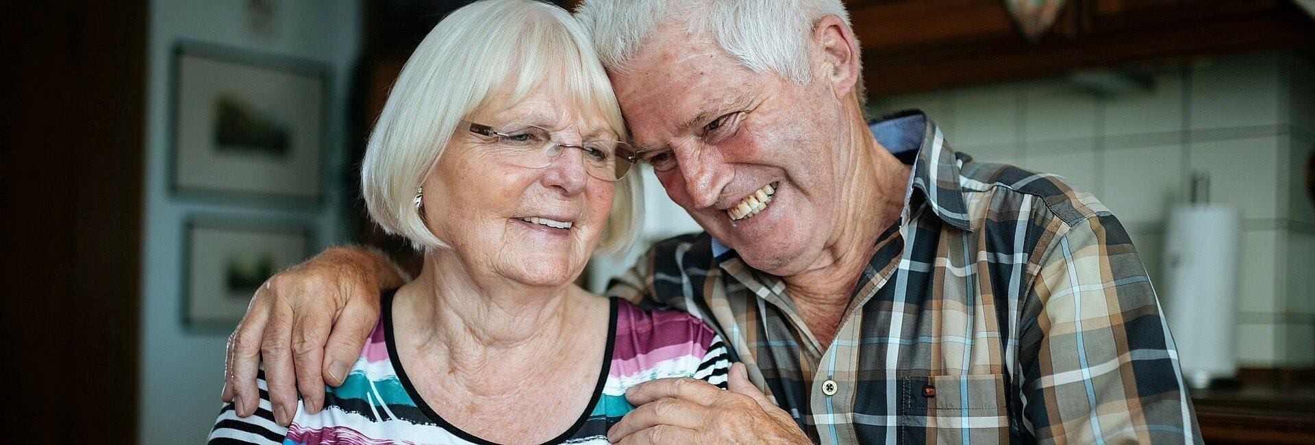 Das Ehepaar Schwingeler in ihrer Wohnung in der Rosenhofsiedlung in Bickendorf