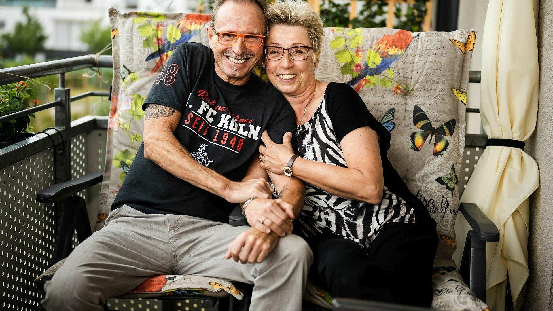 Norbert und Petra sitzen auf ihrem Balkon in Kalk