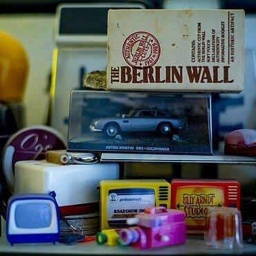 Sammlerstücke im Regal von Claus Michael Sierp im Agnesviertel