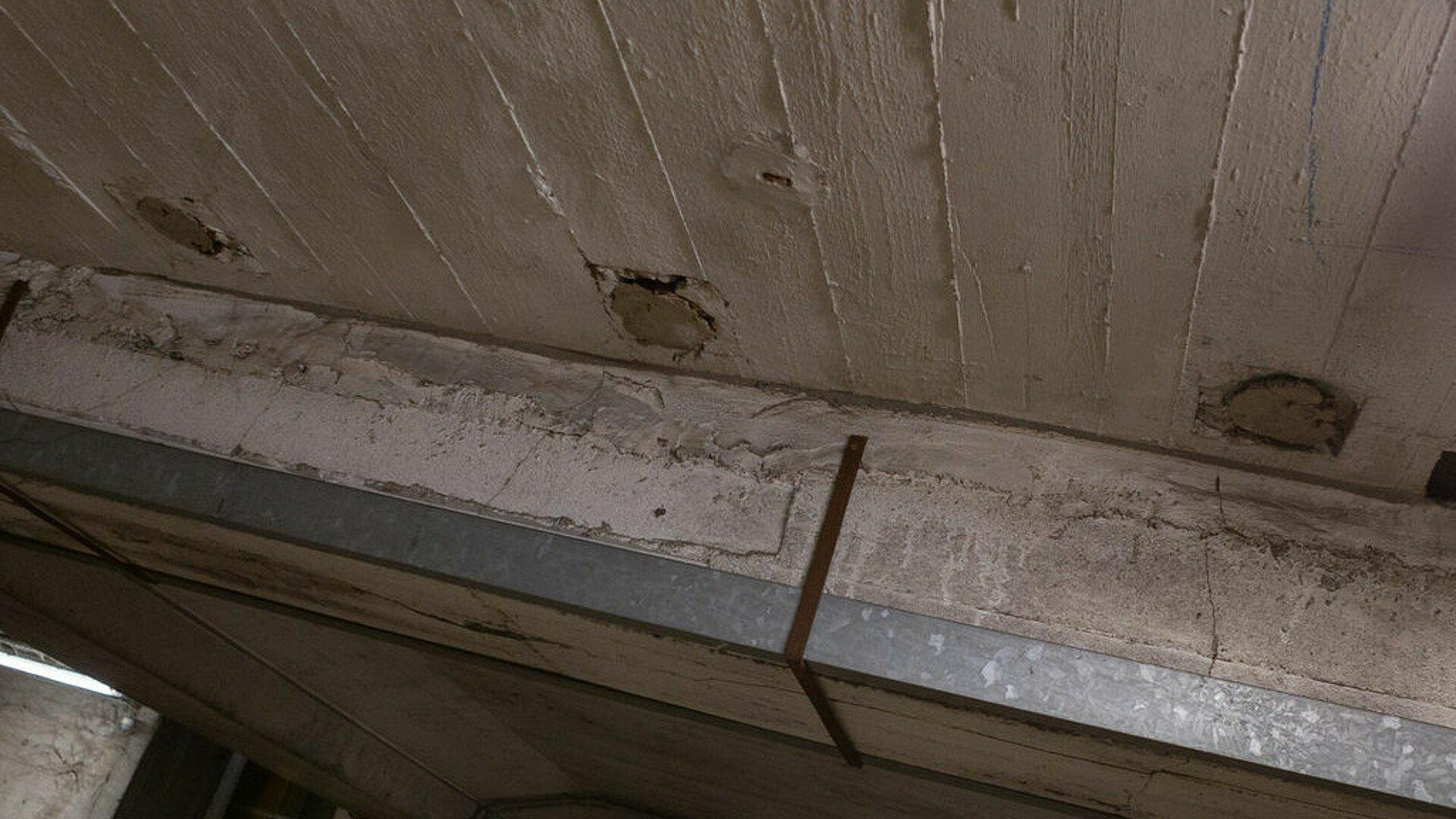 Drei mit Gips verschlossene Abwasserrohre im Riphahn-Bunker in Köln