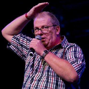Der Sänger Jürgen Schockmann beim Auftritt