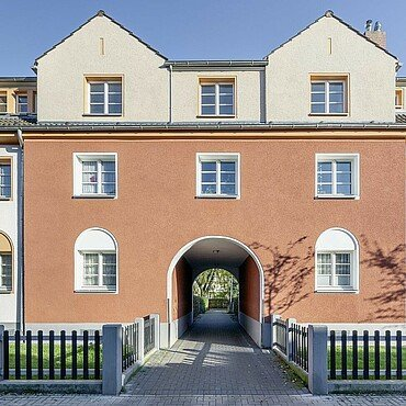 Modernisiertes Haus mit Torbogen in der Germaniasiedlung in Höhenberg
