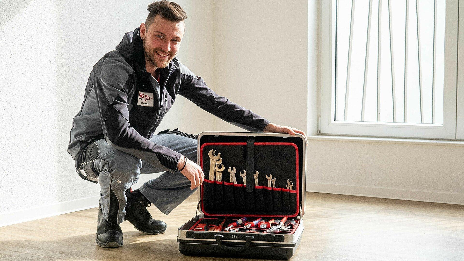GAG-Hausmeister Justin Dresens präsentiert seine Grundausstattung an Werkzeug