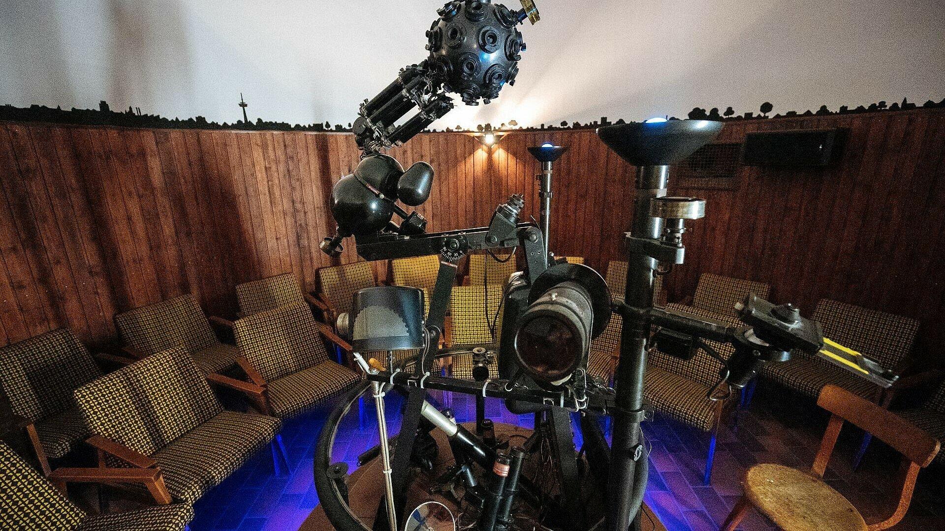 Raum für die Besucher mit Projektor in der Mitte im Planetarium Nippes