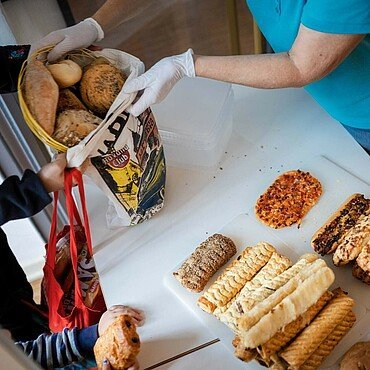 Lebensmittel werden in einen Beutel gepackt