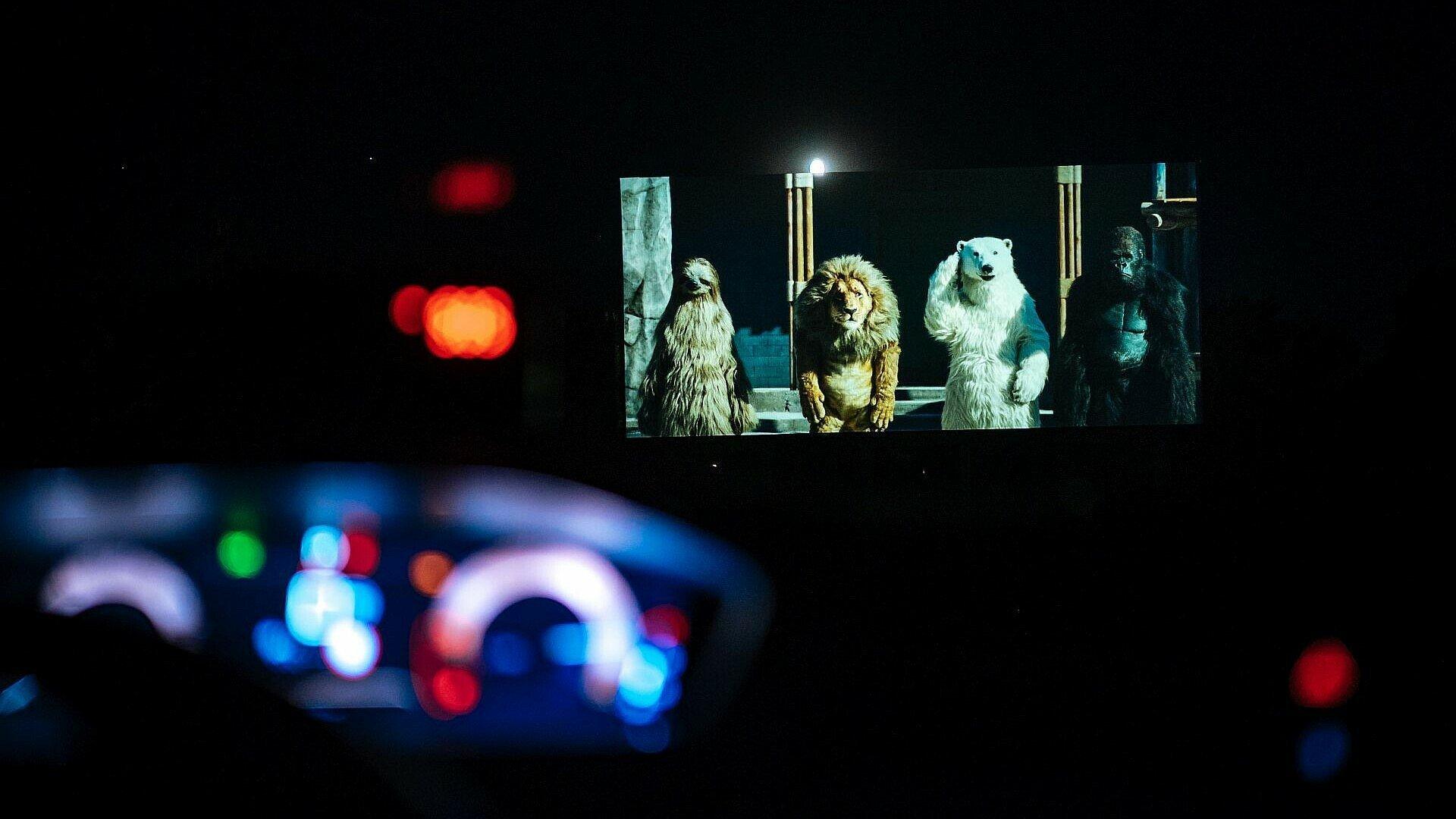 """Der Film """"Rettet den Zoo"""" auf der Leinwand im Autokinos Porz"""
