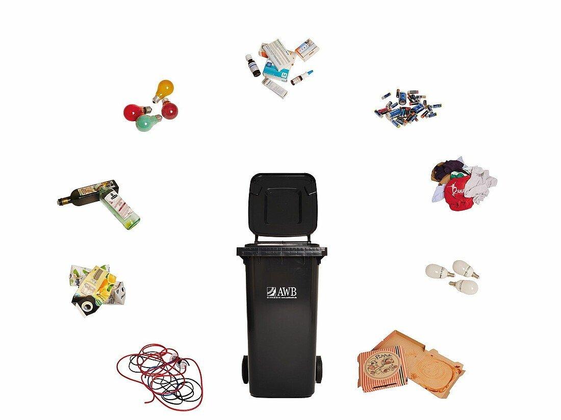 Grauen Tonne umgeben von Müll