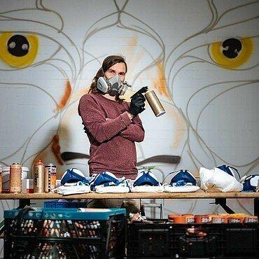 Künstler Matthias Furch vor dem Kunstwerk in Niehl