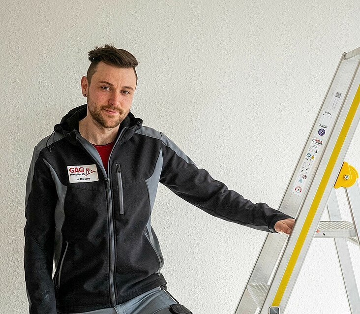GAG-Hausmeister Justin Dresens achtet beim Heimwerken auf die Sicherheit