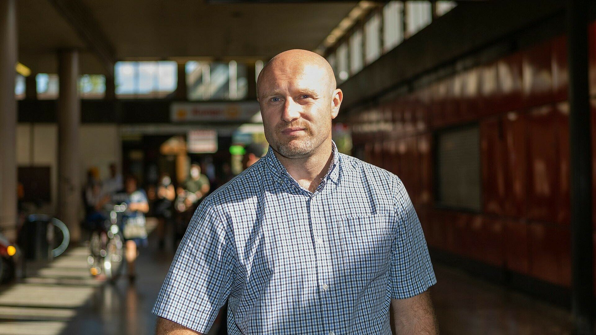 Roman Friedrich beim S-Bahnhof in Köln-Chorweiler