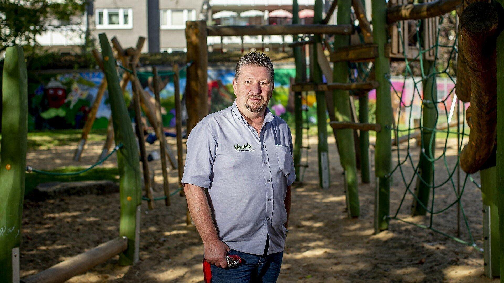 Der Veedelshausmeister auf dem renovierten Spielplatz in Kalk-Nord