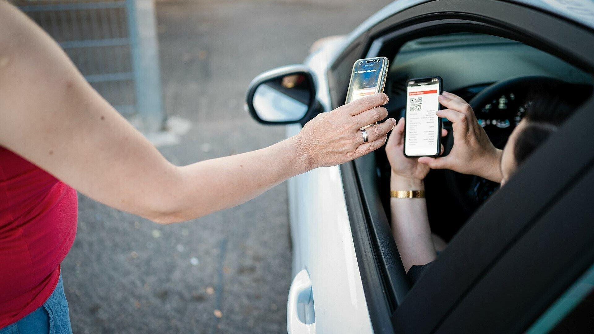 Einchecken mit dem Handy im Autokino Porz