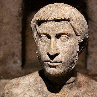 Antike Büste im Römergrab in Köln-Weiden