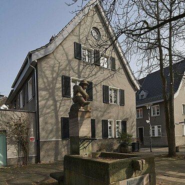 Noch heute steht der Brunnen in der Siedlung Bickendorf I