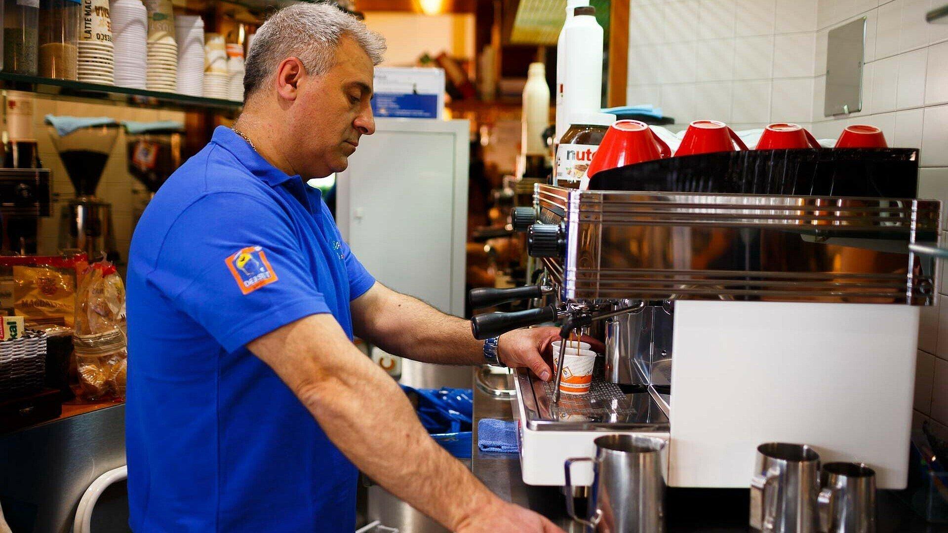 "Giuseppe steht im Eiscafé ""Gioia"" an der Kaffeemaschine"