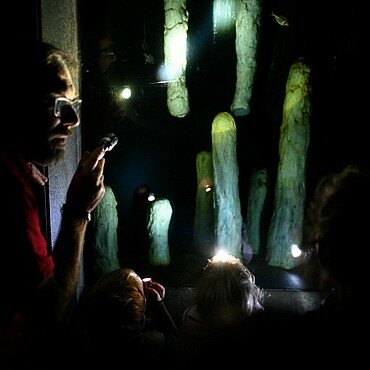Kinder betrachten Höhlenfische bei der Taschenlampenführung im Kölner Zoo