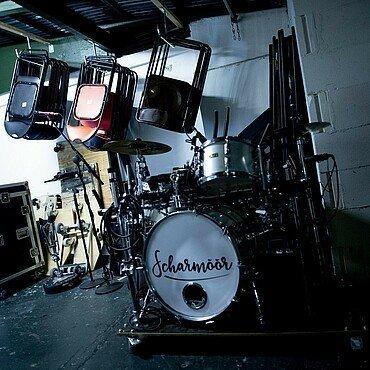 Schlagzeug der Band Scharmöör kurz vor dem Umbau