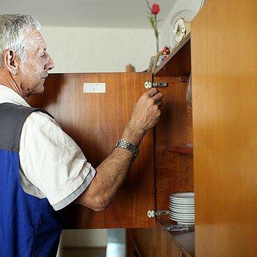 Der Veedelhelfer repariert den Küchenschrank
