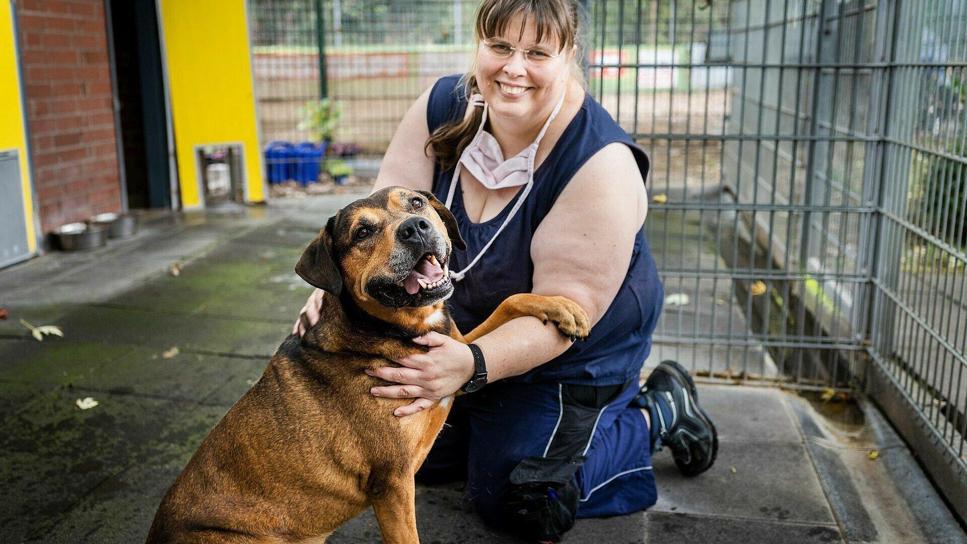 Tierpflegerin mit Hund im Tierheim Zollstock