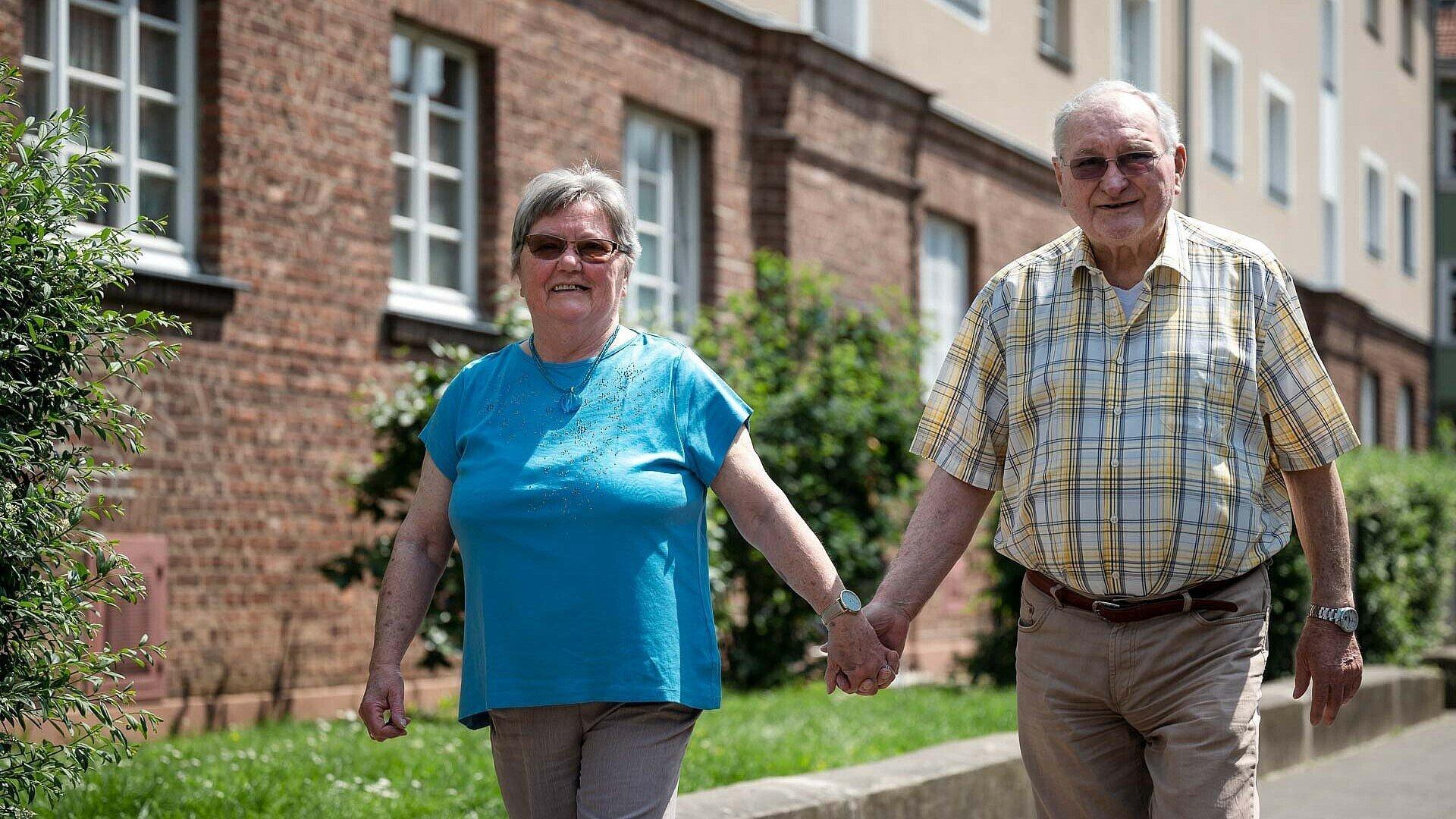 Ehepaar Neubert zu Fuß unterwegs in der Germaniasiedlung in Höhenberg