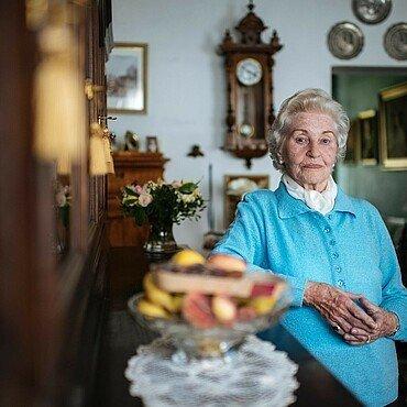 GAG-Mieterin lehnt sich auf ein Möbelstück in ihrer Wohnung in der Rosenhofsiedlung in Bickendorf