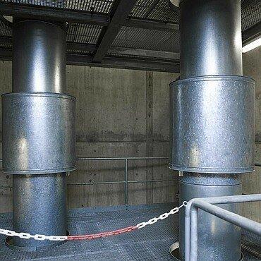 Stahlrohre verlaufen senkrecht in den Fernwärmetunnel hinab.
