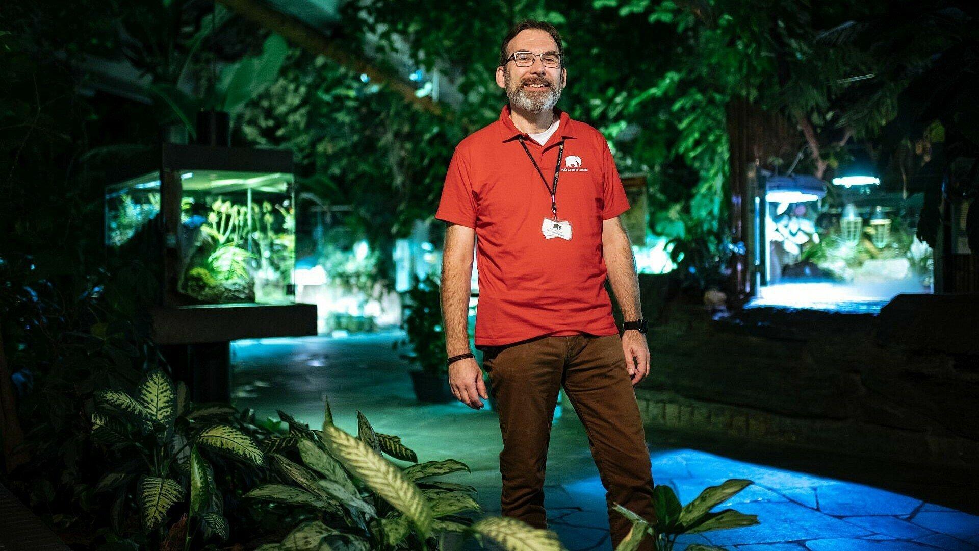 Ehrenamtlicher Zoobegleiter bei der Taschenlampenführung im Kölner Zoo