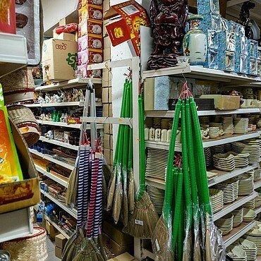 Supermarktregale im Heng Long Asia Supermarkt in Lindenthal