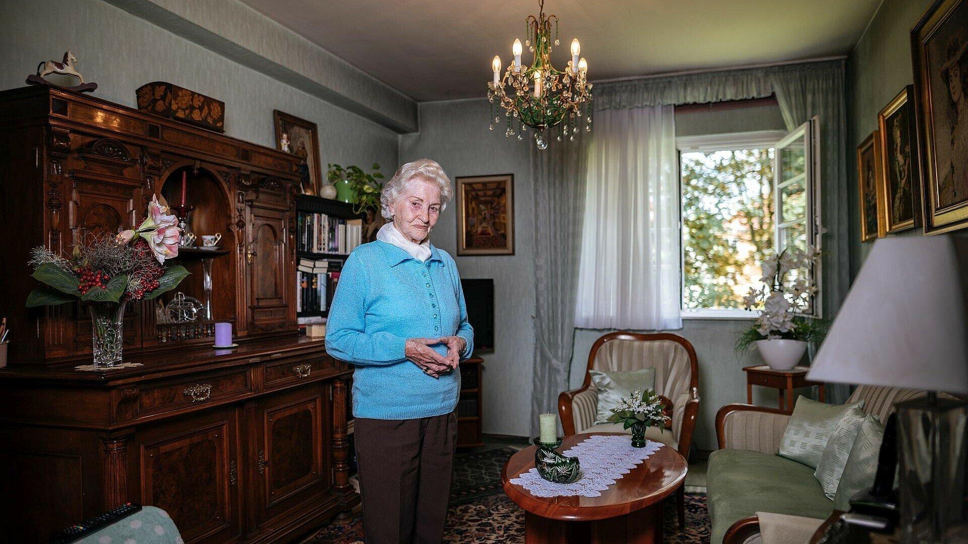 GAG-Mieterin in ihrem Wohnzimmer in der Rosenhofsiedlung in Bickendorf