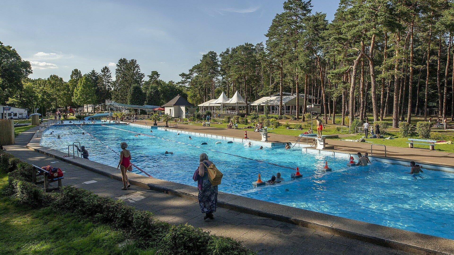 Open-Air-Bühne hinter dem Becken im Waldbad Dünnwald