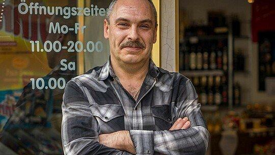 Alexander Spivak vor dem russischen Supermarkt Zabawa in Buchheim