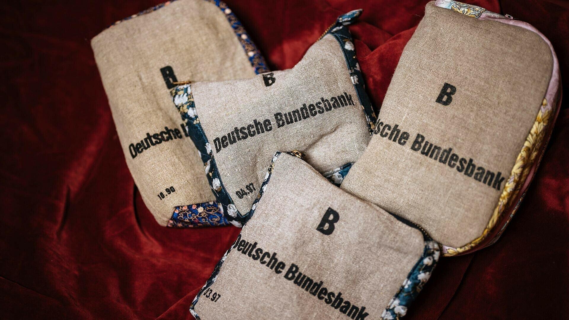 """Mäppchen, Taschen und Portemonaies im Laden """"Kitsch deluxe"""" in Ehrenfeld"""