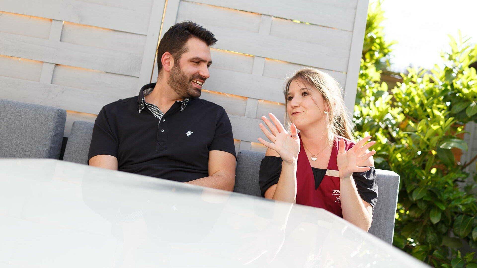 Daniele und Carina gemeinsam am Gartentisch