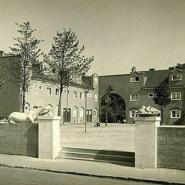 Historisches Foto der Nibelungensiedlung mit Zementfiguren aus der Nibelungensage