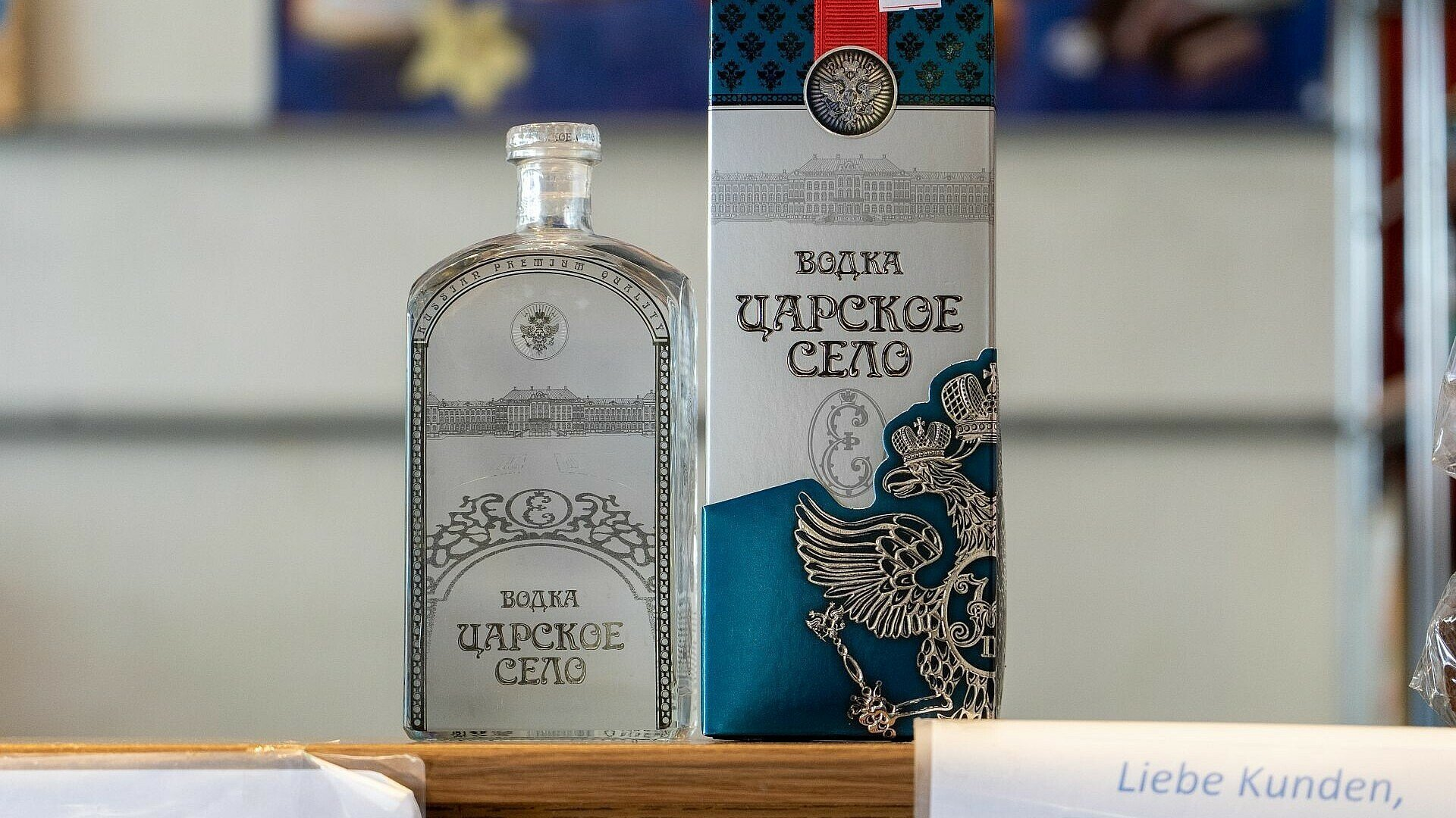 Wodka auf dem Tresen des russischen Supermarkts Zabawa in Buchheim