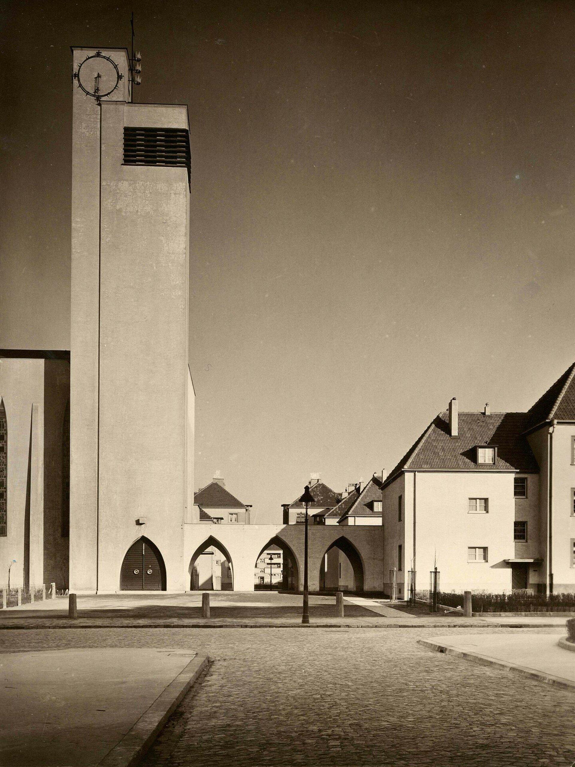 Die Kirche steht im Zentrum der Rosenhofsiedlung