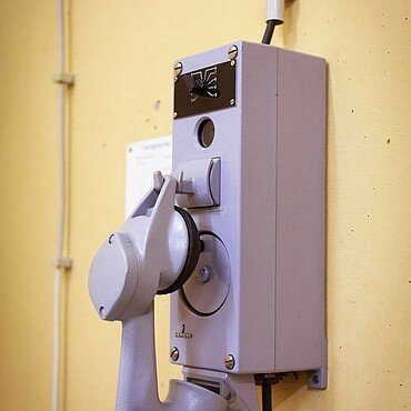 Kurbeln zum Telefonieren ist die einzige Kommunikationsmöglichkeit im Atombunker Kalk